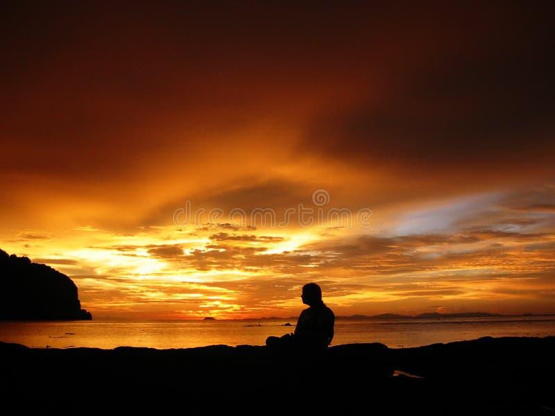 koppla av solnedgången thailand royaltyfria bilder