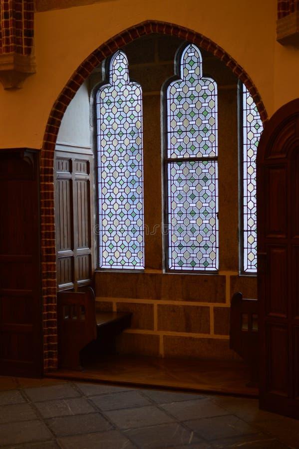 Koppla av stället bredvid någon dyrbar målat glass av den biskops- slotten i Astorga Arkitektur historia, Camino De Santiago, royaltyfria foton