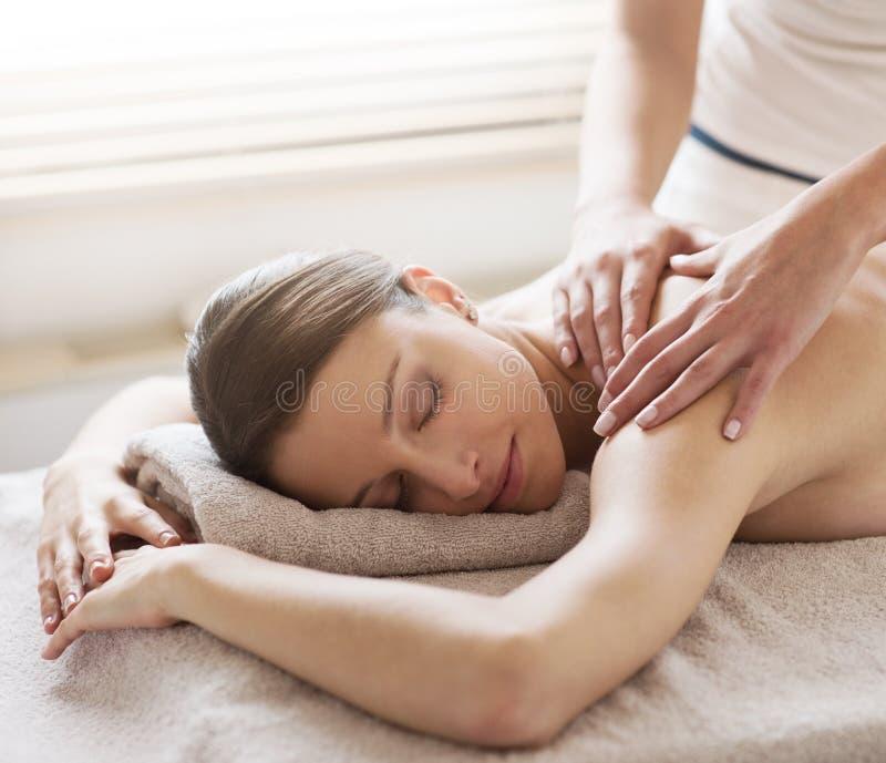 Koppla av tillbaka massage på brunnsorten arkivbild