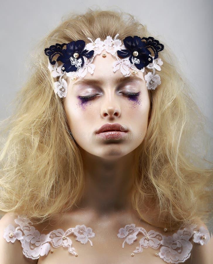 Koppla av. Utformad gåtfull blondin med målad hud. Drömmar med stängda ögon. Skönhet royaltyfri fotografi