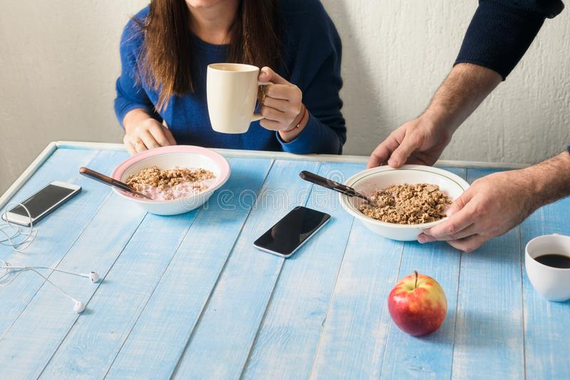 Koppla ihop att äta den sunda frukosten i köket hemma royaltyfri fotografi