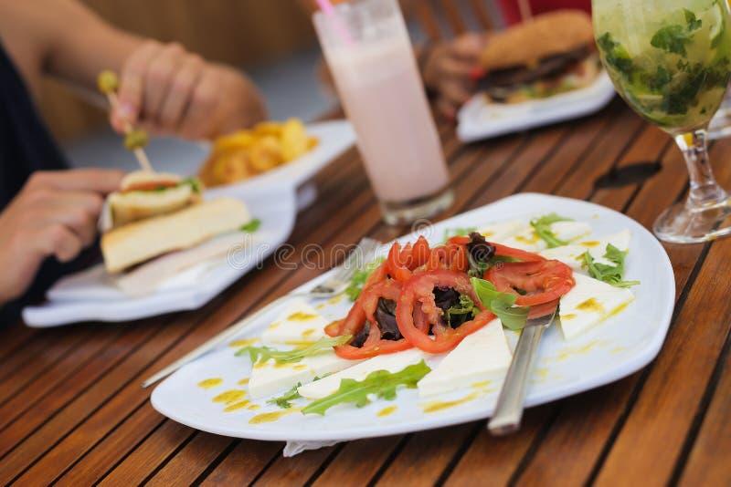 Koppla ihop att äta lunch och att dricka naturliga fruktsafter arkivfoton