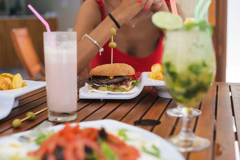 Koppla ihop att äta lunch och att dricka naturliga fruktsafter royaltyfri bild