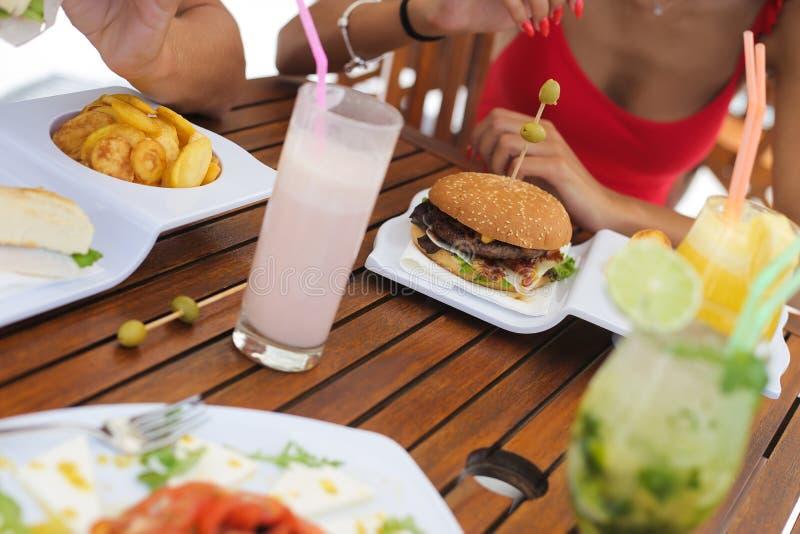Koppla ihop att äta lunch och att dricka naturliga fruktsafter arkivbild
