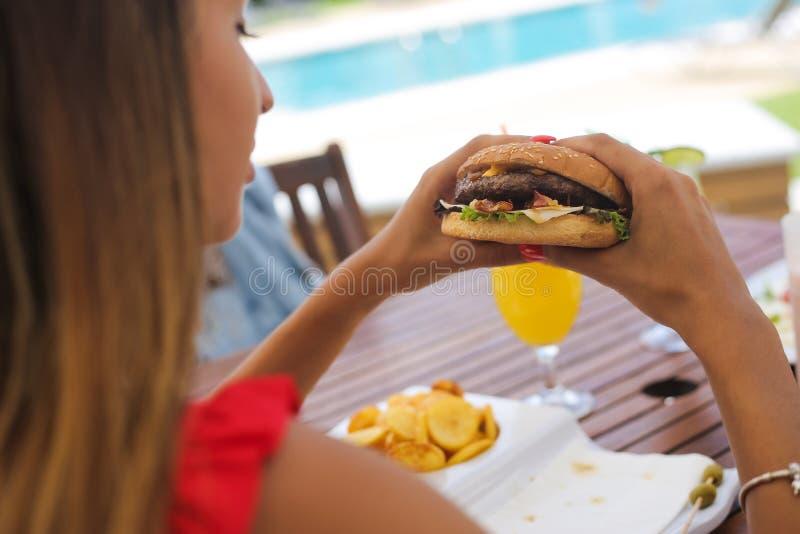 Koppla ihop att äta lunch och att dricka naturliga fruktsafter fotografering för bildbyråer