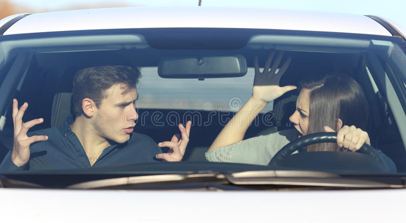 Koppla ihop att argumentera, medan hon kör en bil royaltyfri foto