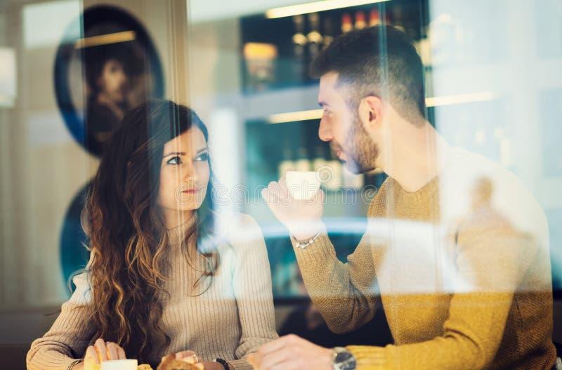 Koppla ihop att dricka en espresso Reflekterat mellan fönstret fotografering för bildbyråer