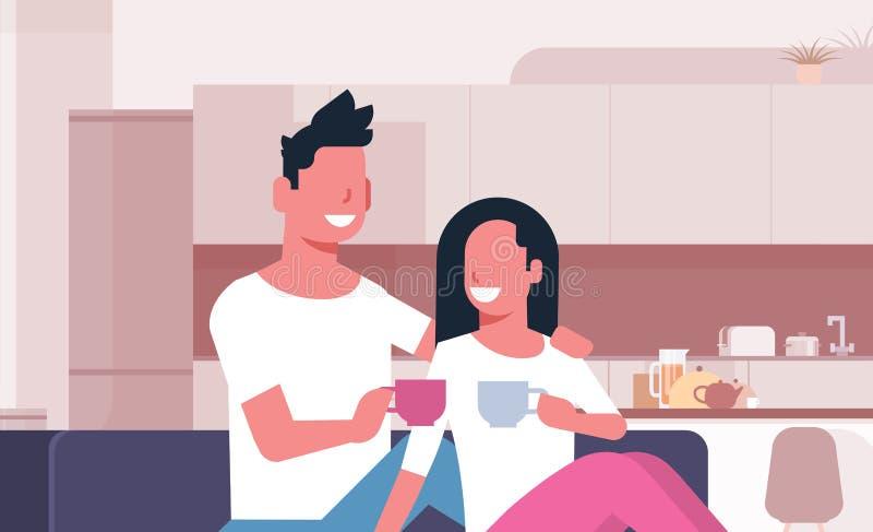 Koppla ihop att dricka kvinnan för tekaffemannen som sitter på lyckliga vänner för soffan som meddelar den inre manliga kvinnlign stock illustrationer