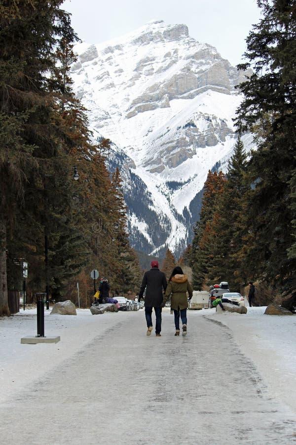 Koppla ihop att gå framme av berget royaltyfria foton