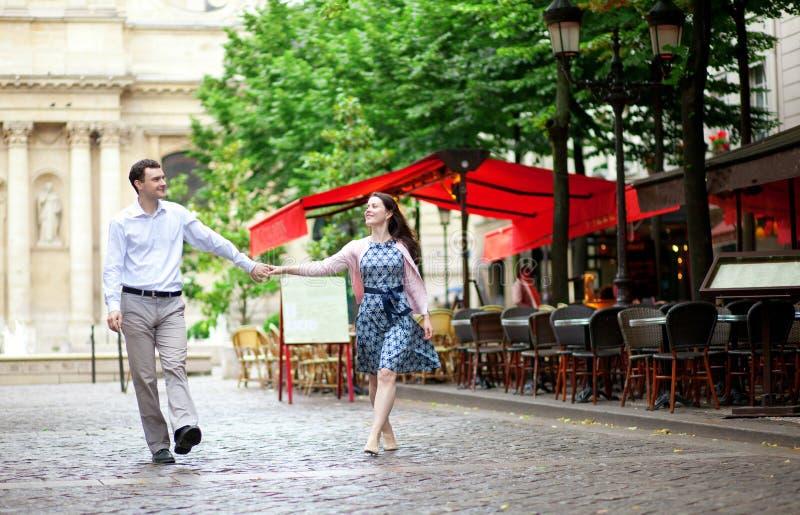 Koppla ihop att gå i Paris arkivbilder