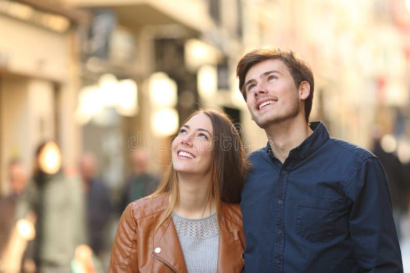 Koppla ihop att gå och att se över i gatan arkivfoton