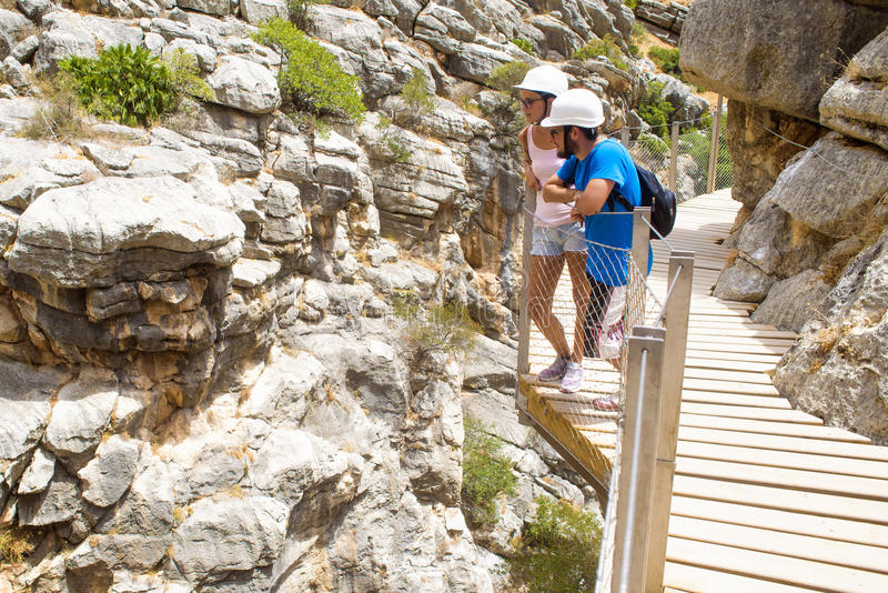Koppla ihop att göra att fotvandra i El Caminito del Rey, Malaga, Spanien royaltyfria foton
