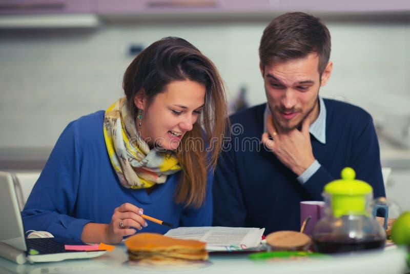 Koppla ihop att göra dokumentation för hemmet som hemma budgeterar i th royaltyfri bild