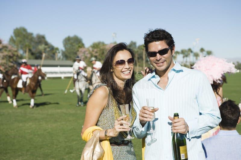 Koppla ihop att ha champagne royaltyfri bild