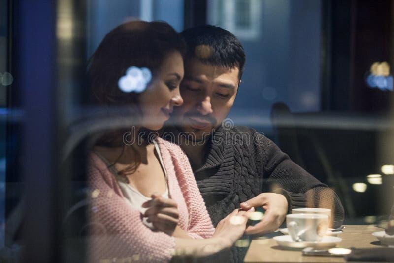 Koppla ihop att ha en bra tid i ett kafé royaltyfri fotografi