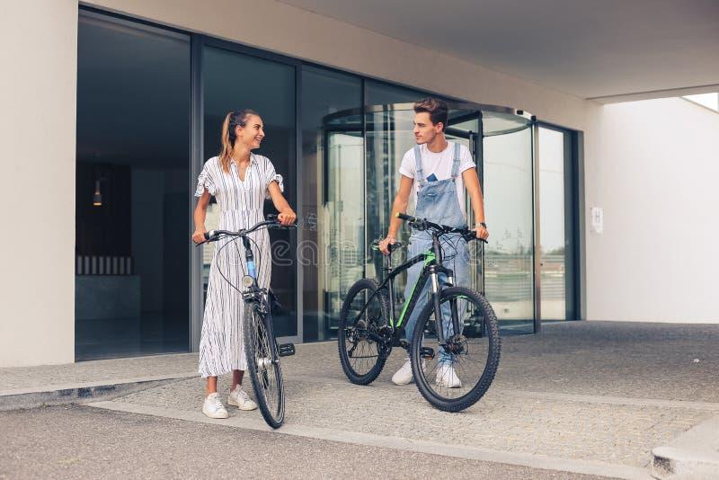 Koppla ihop att ha ett romantiskt datum med cyklar royaltyfri foto