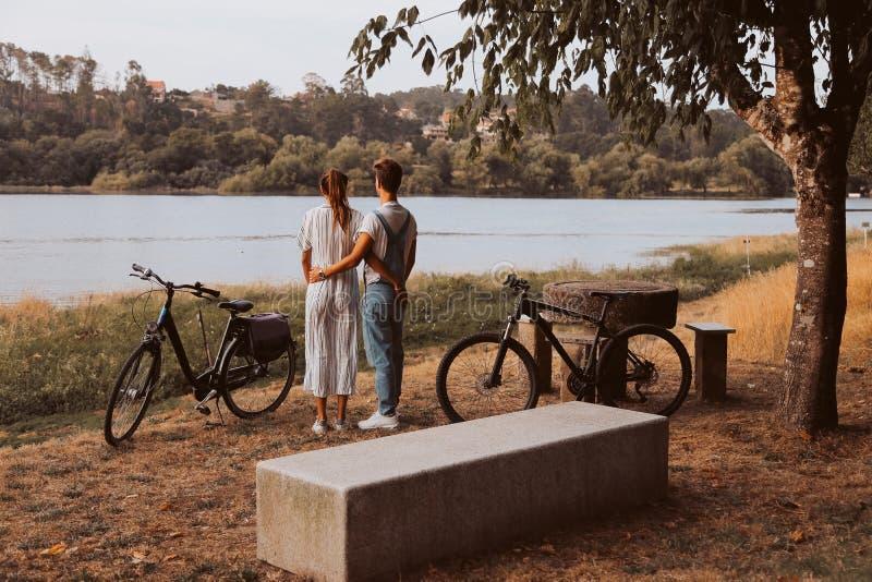 Koppla ihop att ha ett romantiskt datum med cyklar royaltyfri fotografi