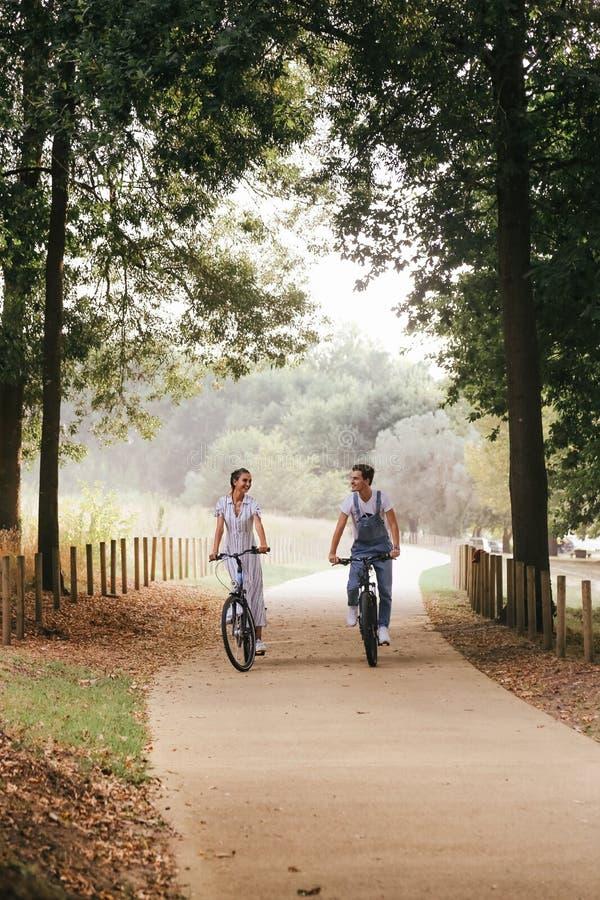 Koppla ihop att ha ett romantiskt datum med cyklar fotografering för bildbyråer