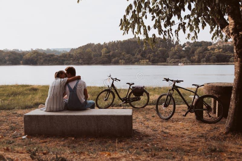 Koppla ihop att ha ett romantiskt datum med cyklar royaltyfria foton