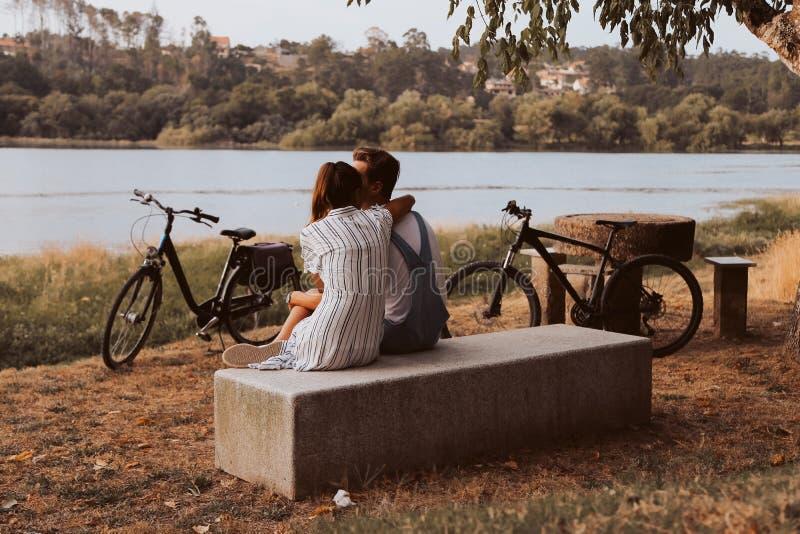 Koppla ihop att ha ett romantiskt datum med cyklar royaltyfria bilder