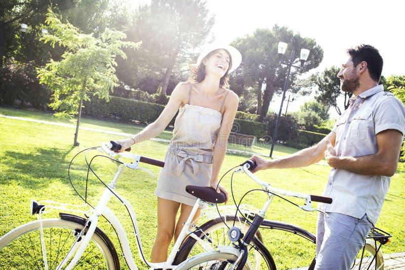 Koppla ihop att ha gyckel med cykeln på ferie i Italien royaltyfria bilder