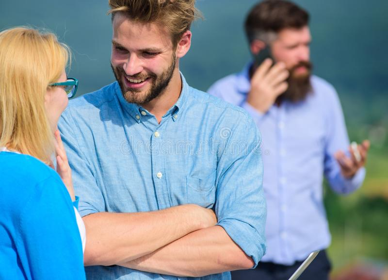 Koppla ihop att ha gyckel, medan den upptagna affärsmannen talar på telefonen Koppla ihop att flörta medan mannen som är upptagen arkivbilder