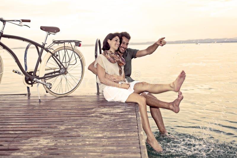 Koppla ihop att ha gyckel på semester på sjön royaltyfri fotografi