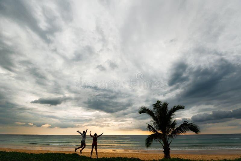 Koppla ihop att ha gyckel på solnedgången vid havet nära Palma arkivfoton