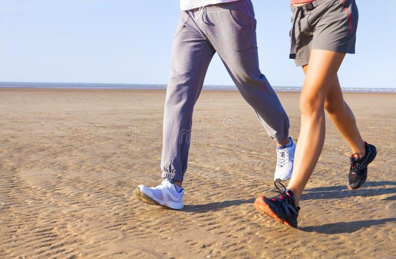 Koppla ihop att jogga utanför, löpare som utbildar utomhus att utarbeta arkivbild