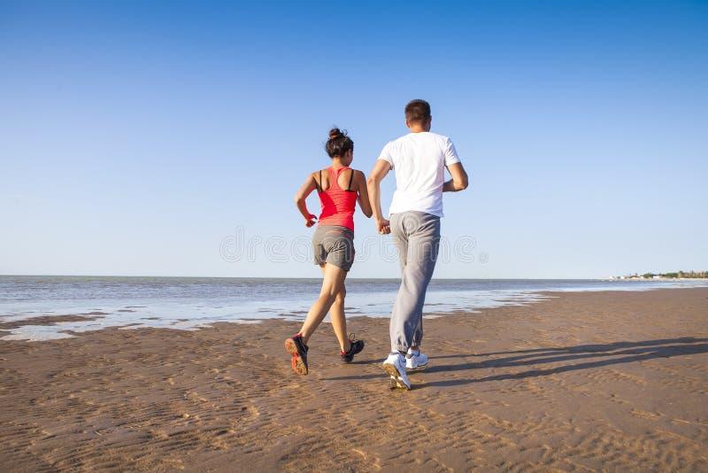 Koppla ihop att jogga utanför, löpare som utbildar utomhus att utarbeta royaltyfri fotografi