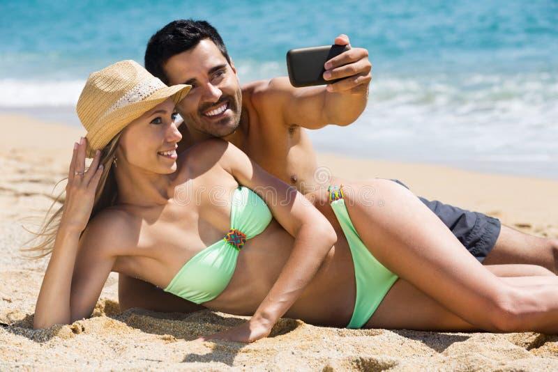 Koppla ihop att koppla av på strand arkivfoton