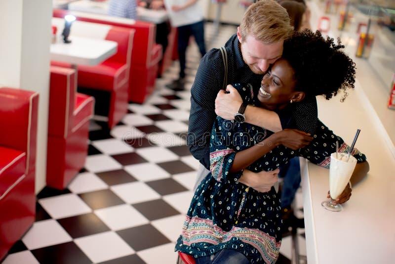 Koppla ihop att krama vid stången i matställen fotografering för bildbyråer