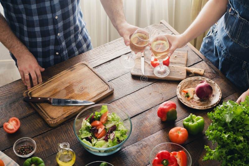 Koppla ihop att laga mat tillsammans den läckra och sunda matställen och drinkar royaltyfria foton