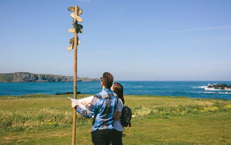 Koppla ihop att se en översikt och ett riktningstecken fotografering för bildbyråer