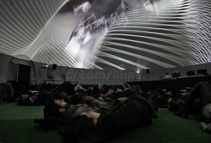 Koppla ihop att se en projektion i en kupol av 360 grader fotografering för bildbyråer