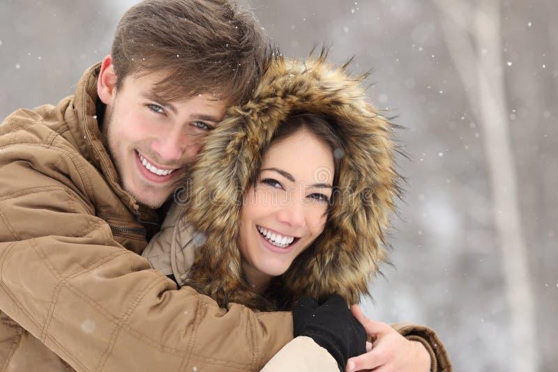 Koppla ihop att skratta med ett perfekt leende och vita tänder royaltyfria foton