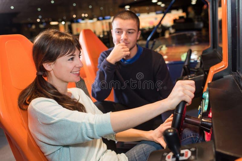 Koppla ihop att spela videospelet för körningshjulet i modigt rum arkivbild