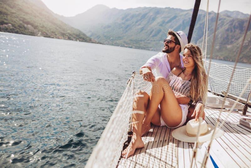 Koppla ihop att spendera lycklig tid p? en yacht p? havet Lyxig semester p? en seaboat fotografering för bildbyråer
