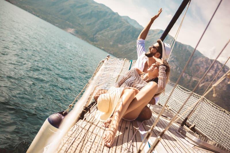 Koppla ihop att spendera lycklig tid p? en yacht p? havet Lyxig semester p? en seaboat royaltyfri bild