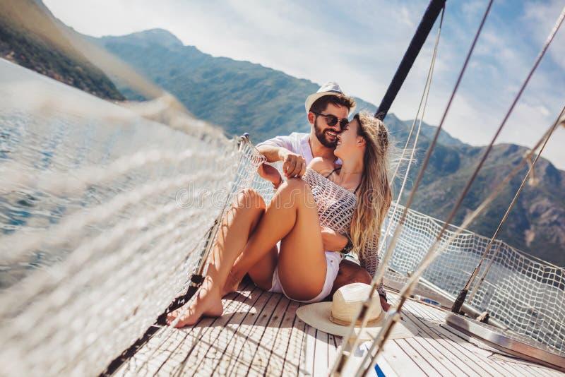 Koppla ihop att spendera lycklig tid p? en yacht p? havet Lyxig semester p? en seaboat arkivbilder