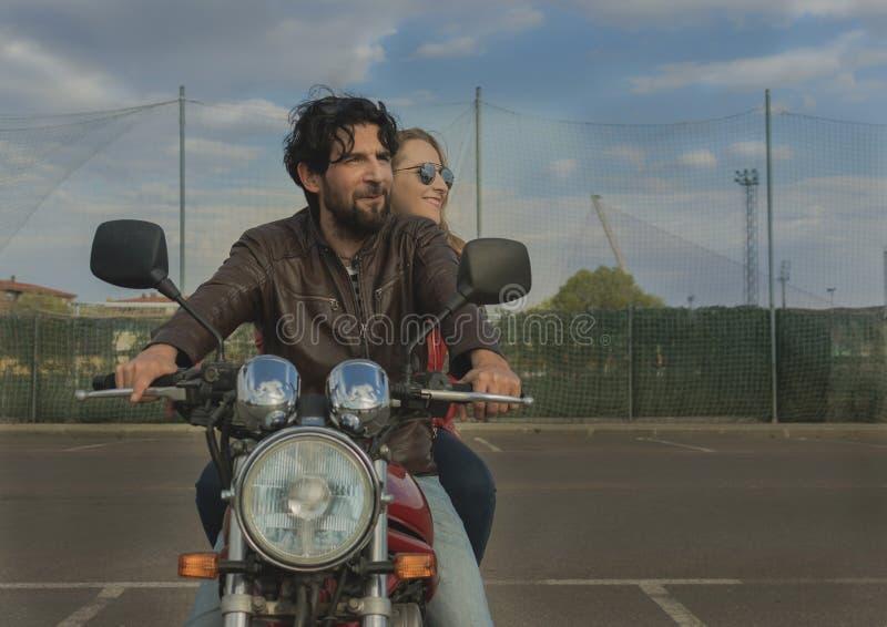 Koppla ihop av motorcyklister på en retro stilmoped royaltyfri fotografi