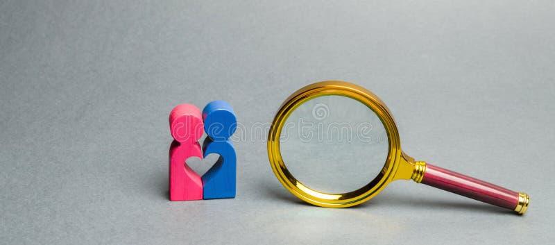 Koppla ihop av vänner som står nära ett förstoringsglas Begreppet av att finna förälskelse och att datera till och med internet S royaltyfria bilder