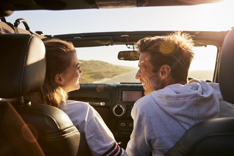 Koppla ihop blicken på de, medan köra, den bakre passageraren POV royaltyfria foton