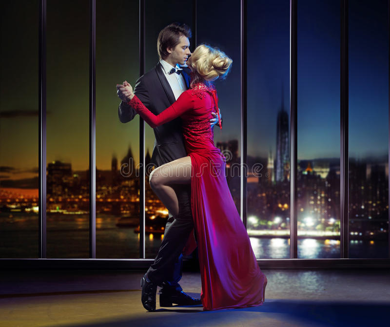 Koppla ihop dansen på överkanten av skyskrapan royaltyfri fotografi