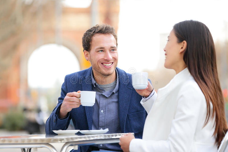 Koppla ihop datummärkningen som dricker kaffe på kafét, Barcelona arkivfoto