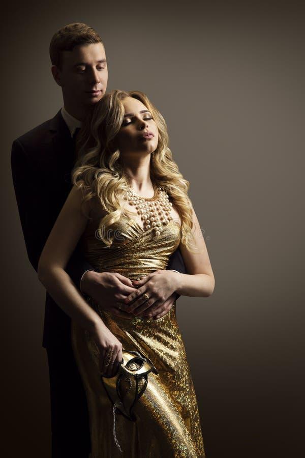 Koppla ihop den förälskad, modemodellen Man och kvinnaskönhetståenden royaltyfri foto