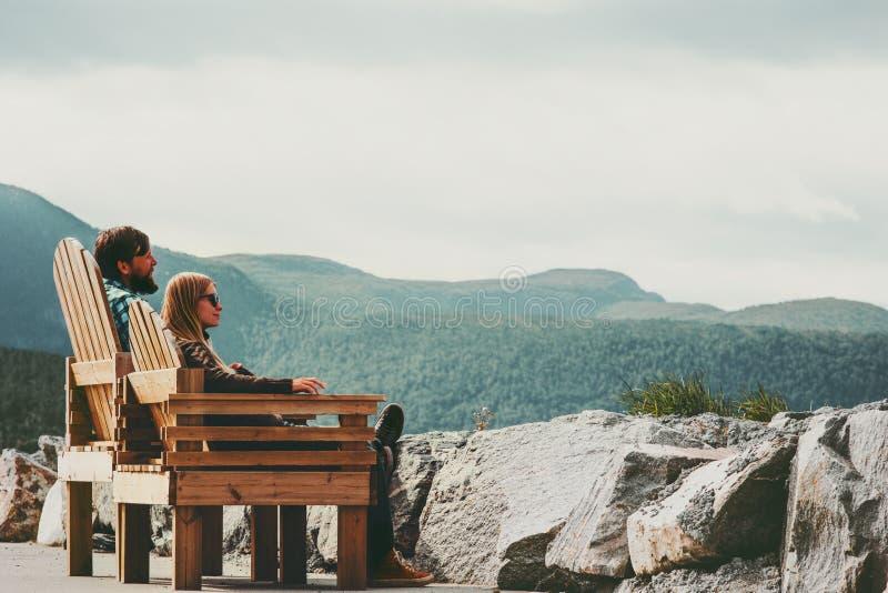 Koppla ihop den förälskade mannen och kvinnan som tillsammans kopplar av den utomhus- familjen för lopplivsstilbegreppet arkivbilder