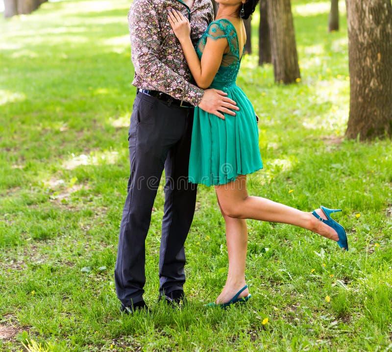 Koppla ihop den förälskade romantiska utomhus- livsstilen för man- och kvinnafot med naturen på moderiktig stil för bakgrundsmode royaltyfria foton