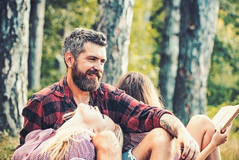 Koppla ihop den förälskade tyckande om varma sommardagen i skog, romantisk helg tillsammans Blond flicka som ser den skäggiga man royaltyfri bild