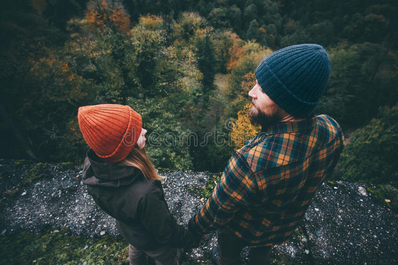 Koppla ihop det förälskade anseendet för mannen och för kvinnan på bron royaltyfri bild
